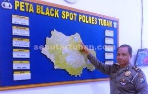 BLACK SPOT : Kanit Laka Satlantas Polres Tuban, IPTU Nungky Sambodo saat menunjukkan peta rawan Laka Lantas