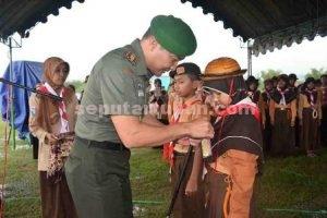 SEMANGAT BARU : Dandim 0811 Tuban, Letkol Sarwo Supriyo menyematkan tanda peserta siswa Kemah Pekan Madaris