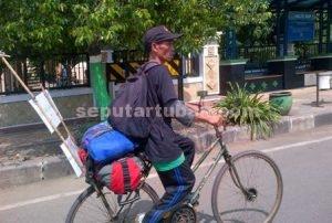 PESAN MORAL : Handoko saat melintas di jalanan Tuban