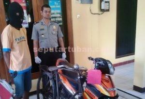 PENJUAL BAKSO : Tersangka didepan barang bukti bersama Wakapolres Tuban, Kompol Arief Kristanto