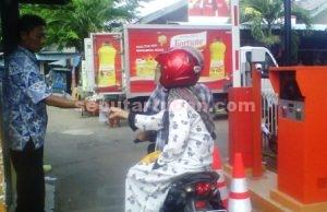 NGANGGUR : Aktifitas parkir di Pasar Baru Tuban yang tidak memakai fasilitas parkir elektrik yang sudah tersedia