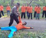 TAMBAHAN ILMU : Calon petugas wisata Gua Putri Asih saat dilatih beladiri oleh anggota Polsek Montong