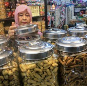 LARIS : Penjual kue kering untuk lebaran kebanjiran order