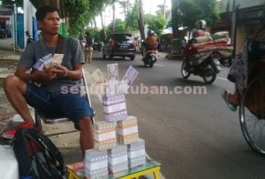 BELUM LARIS : Jasa penukaran uang mulai menjamur di jalanan Tuban kota