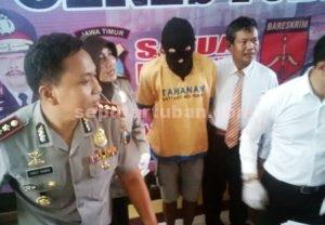 TERSANGKA LAGI : Tersangka saat di release di Mapolres Tuban