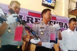 PERAMPOK SADIS : Wakapolres Tuban, Kompol Arief Kristanto menunjukkan barang bukti yang disita dari tersangka