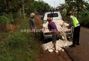 KOMPAK : Anggota Polsek Montong dan masyarakat bahu-membahu menguruk jalan rusak