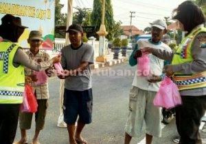 PEDULI : Polwan Polres Tuban saat membagi takjil