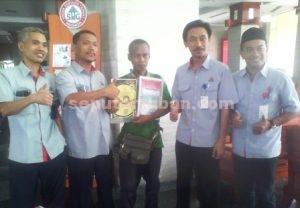 MISTERIUS : Sularto membawa piagam nol kilometer bersama sejumlah pegawai PT Semen Gresik, group PT Semen Indonesia (persero) Tbk
