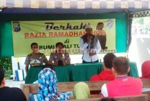 BERKAH RAMADAN : Ustadz didampingi Kapolres dan Kasat Lantas Polres Tuban saat memberikan ceramah agama kepada pelanggar aturan berlalu lintas