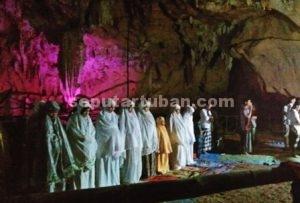 SUASANA BARU : Sholat tarawih di dalam gua yang eksotis menjadi pengalaman berharga bagi jamaah sholat tarawih