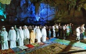 PERTAMA ADA : Suasana sholat tarawih di dalam Gua Putri Asih sangat khusyu'
