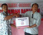 PEDULI : Pegawai PT Semen Gresik menyerahkan bantuan CSR secara simbolis kepada warga sekitar perusahaan