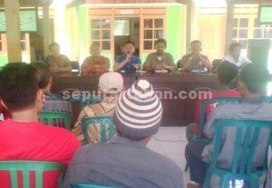 TEGANG : Suasana sosialisasi PT TGE di Balai Desa Kumpulrejo