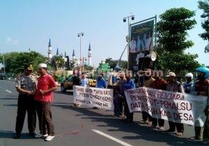 LAPORKAN TEMUAN : Kapolres Tuban, AKBP Fadly Samad saat menemui warga yang sedang unjuk rasa di depan Kantor Kejari Tuban