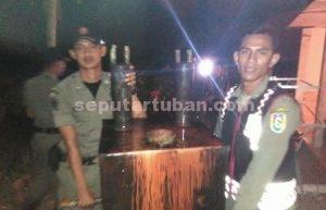 DIGREBEK : Anggota Sat Pol PP Pemkab Tuban saat mengamankan barang bukti alat pembuatan arak