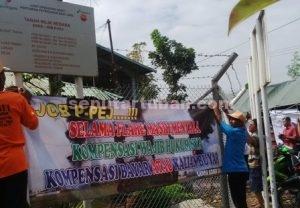 KECAM LAGI : Warga memasang spanduk protes dan kecaman kepada JOB PPEJ