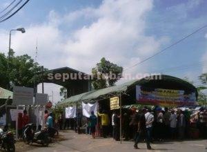 DIBLOKIR LAGI : Warga Desa Rahayu saat melakukan aksi blokir pintu masuk JOB PPEJ