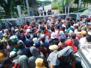MEMANAS : Warga saat berunjuk rasa di depan pintu masuk CPA Pad A JOB PPEJ