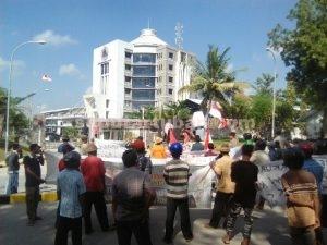 KEPUNG PERUSAHAAN : Masyarakat Desa Gaji yang berunjuk rasa di depan Kantor PT Semen Gresik