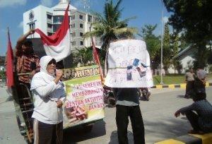 SEMANGAT BERJUANG : Perempuan asal Desa Gaji saat berunjuk rasa di depan kantor PT Semen Gresik menuntut penyelesaian kasus sengketa tanah