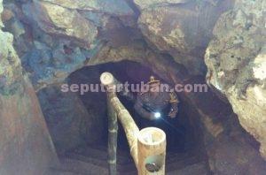 SEMANGAT PENGAMANAN : Kapolres Tuban, AKBP Fadly Samad saat keluar dari mulut Gua Putri Asih