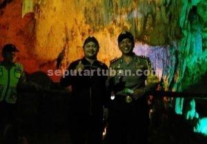 Foto bersama petugas wisata