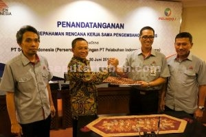 KERJASAMA : Direktur Utama Semen Indonesia, Rizkan Chandra dan Direktur Utama Pelindo I, Bambang Eka Cahyana saat menandatngani MoU. kerja sama ini merupakan sinergi nyata dua perusahaan plat merah.