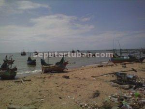 HATI-HATI : Perahu nelayan yang disandarkan karena tidak melaut saat gelombang tinggi