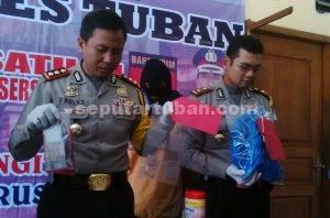 GAGAL PULKAM : Tersangka pembobol toko emas saat Kapolres dan Wakapolres Tuban menunjukkan bersama barang bukti kepada wartawan