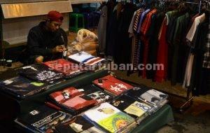 MAKIN DIMINATI : Penjual baju anak muda tetap laris pada hari biasa