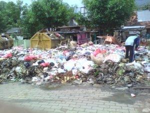 DIKELUHKAN : Kondisi sampah di sekitar Pasar Jatirogo sudah menggunung