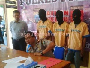GAGAL LARI : Kapolres Tuban, AKBP Fadly Samad saat menunjukkan para tersangka yang berhasil ditangkap