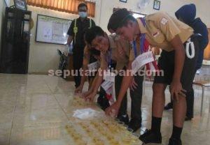 SEMANGAT : Siswa SMPN 3 Tuban saat mengumpulkan urine untuk diperiksa Polisi