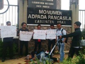 SERUKAN KEADILAN : Aliansi wartawan Tuban saat menggelar aksi unjuk rasa protes kekerasan jurnalis