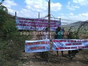 MENGHADANG : Inilah cara masyarakat menghadang petugas gabungan saat akan masuk kawasan sumur tua Dusun Gegunung