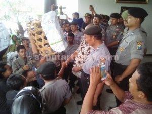 SINDIRAN : Warga Desa Gaji memberikan hadiah keranjang kepada DPRD Tuban dalam aksi unjuk rasa protes sengketa tanah