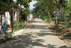 TERBUKTI : Jalan lingkungan yang sudah diperbaiki Pemdes Selogabus dari Dana Desa