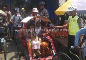 TURUN LANGSUNG : Kapolres Tuban, AKBP Fadly Samad ditengah kunjunganya dengan bersepeda