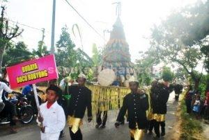 SEMANGAT : Warga saat mengarak buceng raksasa saat karnaval