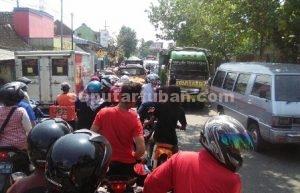 DIBIARKAN : Kondisi kemacetan yang tiap hari terjadi di sekitar Pasar Merakurak