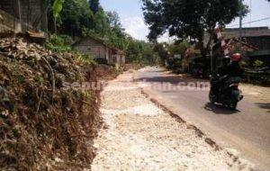 DEMI RAKYAT : Proses pengerjaan pelebaran jalan yang dilakukan Dinas Pekerjaan Umum Pemkab Tuban