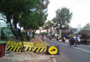 PENINGKATAN JALAN : Proyek pelebaran jalan di Kecamatan Merakurak sedang dikerjakan