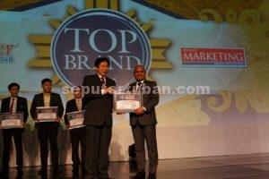 PRESTASI : Direktur Komersial Semen Gresik, Mukhamad Saifudin  sedang menerima penghargaan