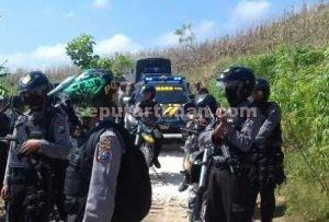SIAP TEMPUR : Personil Polres Tuban yang diturunkan dalam operasi menggunakan alat perlindungan lengkap dan senjata api laras panjang