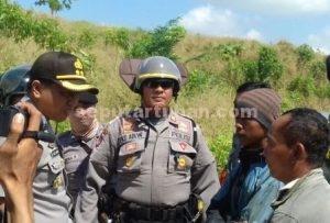 KOMUNIKASI : Kapolres Tuban, AKBP Fadly Samad (bertopi) saat bernegoisasi dengan perwakilan penambang