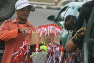 MULAI RAMAI : Penjual atribut kemerdekaan