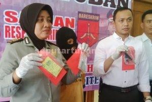 SEPI TAMU : Kasubbag Humas Polres Tuban dan KBO Sat Reskrim menunjukkan barang bukti dan tersangka pencurian yang sehari-hari bekerja sebagai pemandu lagu karaoke