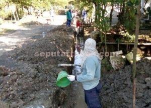 DEMI MASYARAKAT : Proses pengerjaan pembangunan saluran air yang melibatkan masyarakat setempat sebagai pekerja