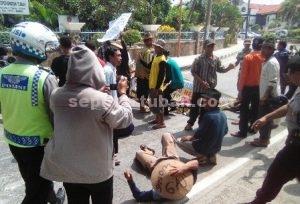 KESAL : Warga Desa Gaji saat melakukan aksi blokir jalan di depan Kantor BPN Tuban